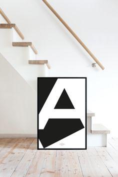 Das Yourownage Alphabet vereint reduzierte geometrische Elemente mit der Termina-Schrift. Die Buchstaben funktionieren einzeln aber auch wunderbar kombiniert mit anderen – so lassen sich beispielsweise ganze Wörter gestalten. Durch die hochwertigen Papiere sind sie auch ein ideales Geschenk.