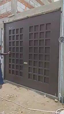 Tech Discover Tech Discover A gate with castors in an L shape ending against a wall. Steel Gate Design, Iron Gate Design, House Gate Design, Modern House Design, Gate House, House Doors, House Wall, Tor Design, Sliding Gate