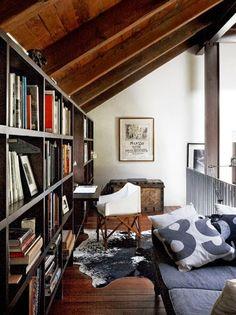 Cozy attic room & library with wooden floor // Gemütliches Dachzimmer mit Holzboden und kleiner Bibliothek