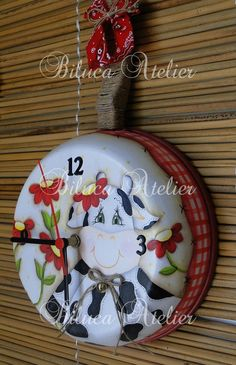 RELÓGIO NA FRIGIDEIRA - VAQUINHA | BILUCA ATELIER | Elo7 Vintage Diy, Cute Crafts, Diy And Crafts, Homer Decor, Old Milk Cans, Sweet Cow, Cow Kitchen, Diy Clock, Country Paintings
