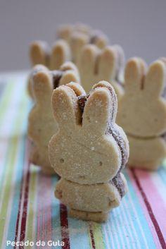 Biscoitinhos amanteigados recheados com brigadeiro Easter Cookies, Easter Treats, Sugar Cookies, Cookie Recipes, Dessert Recipes, Cute Baking, Delicious Desserts, Yummy Food, Biscotti Cookies