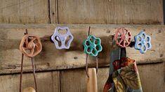 Los juguetes, tiradores, palets son algunas piezas que se pueden convertir en atractivos percheros. . Foto 2 de 4