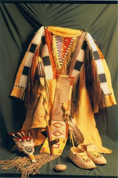Native American Shirts, Native American Beadwork, Cowboy And Cowgirl, Native Americans, Western Wear, Indian Outfits, Indian Jewelry, Weapons, Kimono Top