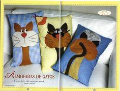 cuscini con gatti applicati
