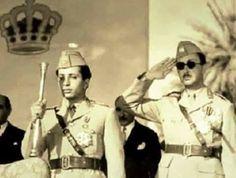الملك فيصل الثاني حاملاً صولجان المملكة بيده والى جانبه خاله الامير عبدالاله خلال حضورهما استعراضاً عسكرياً في بغداد بمناسبة عيد الجيش 6 (كانون الثاني) عام 1957 .