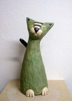 Cette sculpture de chat est tout simplement magnifique. Le crème des pattes et du museau agence bien au vert du corps du chat. Je trouve que les yeux attire l'attention.