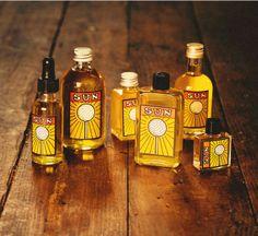 Sun - De zon in een flesje. Deze geur heeft sterke noten van mandarijn, sinaasappel en sandelhout. Mark, die deze geur ontwikkelde, kreeg tijdens een autorit door de Verenigde Staten een soort beeld voor ogen van een hele grote zon op een ijsstokje.   Dat beeld inspireerde hem toen hij deze vrolijke geur componeerde.