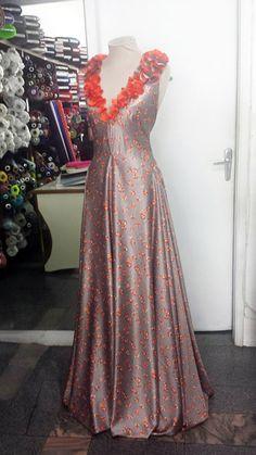 Vestido de seda, com corte em vies com aplicação em flores do próprio tecido. #dress #seda #vestido