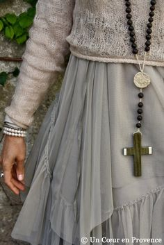Detail of an Argentine-rosary necklace seeds and wood, among Footprint Ethics, a skirt Ewa i Walla