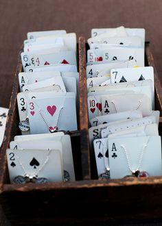 .Réutiliser des jeux de cartes pour épingler des bijoux
