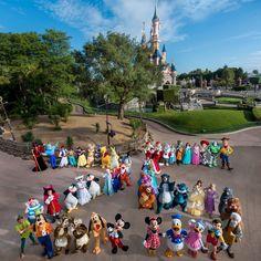 Disney Characters Disneyland Paris 25 photoshoot in front of Sleeping Beauty Castle Walt Disney, Deco Disney, Cute Disney, Disney Magic, Disney Parks, Disney Fan, Disney Princess, Disney World Fotos, Disney World Pictures