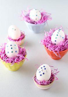 Uova di Pasqua decorate con brillantini