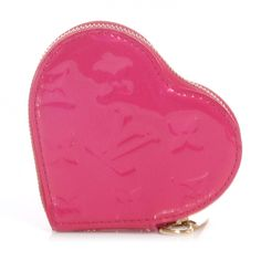 This is an authentic LOUIS VUITTON Vernis Heart Coin Purse in Rose Pop.   This stylish coin purse is finely crafted of Louis Vuitton monogram embossed vernis patent leather in a bright color of Pink.
