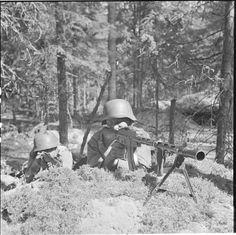 1 August 1941. A Finnish soldier aims a Lahti-Saloranta M/26 light machine gun.