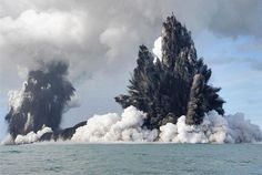 Filmed back in this incredible footage shows an underwater volcano erupting within the Tonga Archipelago in the South Pacific Ocean. According to an AFP report in March The volcano, on … All Nature, Science And Nature, Amazing Nature, Natural Phenomena, Natural Disasters, Volcan Eruption, Fuerza Natural, Erupting Volcano, Volcanic Ash