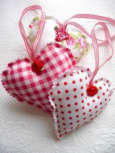 Shabby Chic decorativo guinga roja, lunares, flores colgantes corazones, adornos de Navidad, satén rosas, San Valentín, Trio