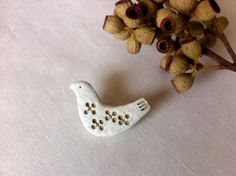 陶土:birdブローチ 色抜き模様ホワイト  | ハンドメイド、手作り作品の通販 minne(ミンネ)