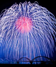 Spectacular streams of color floating down, down, down. Firework Festival, Japan: photo by まめまめごんごん Fireworks Festival, Festival Lights, Fire Works, Hanabi, New Year Celebration, Shows, Beautiful Sky, Ciel, Night Skies