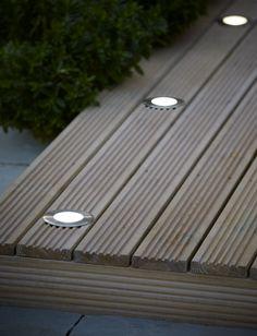 Des spots à encastrer pour illuminer votre extérieur pendant de longues soirées d'été. #castorama #inspiration #decoration #ideedeco #tendancedeco #jardin #exterieur #amenagement #salondejardin #spots #plantes #vegetal #terrasse