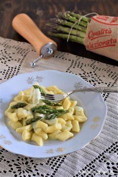 Gnocchi con crema di asparagi - Paprika e Cioccolato Pasta Salad, Salsa, Ethnic Recipes, Food, Cream, Crab Pasta Salad, Essen, Salsa Music, Meals