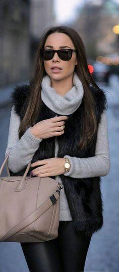 Chaleco negro y blusa beige