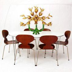 <p>Table à manger Super Ellipse - Designer : Piet Hein & Bruno Mathsson Editeur : Fritz Hansen - Denmark - création 1960's Plateau en stratifié blanc (quelques traces d'usage) et piètement en acier chromé (quelques piqures) datée de 1989 - l 150 - L 100 - H 72</p>
