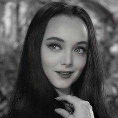 Morticia Addams, Gomez And Morticia, Carolyn Jones, Addams Family Quotes, Addams Family Costumes, 50s Makeup, Chicano Art, Christina Ricci, Por Tv