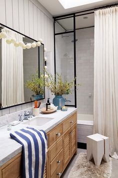 Bathroom tips; Get rid of clutter to produce your rooms feel bigger. Consider obtaining good storage for almost any items which typically clutter increase your room. A basic box leaves considerably more free space used up by items scattered about. Cosy Bathroom, Small Bathroom, Argentine, Balcony Design, Bathroom Renovations, Bad, Interior Inspiration, New Homes, Interior Design