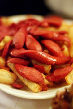 Salchipapas - fries with Vienna sausages. Sounds awful and delicious at the same time. Peruvian Dishes, Peruvian Cuisine, Peruvian Recipes, Sausage Recipes, Cooking Recipes, Bolivian Food, Vienna Sausage, Hispanic Dishes, Food Places