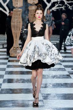 Retrouvez les photos du défilé Franck Sorbier Haute couture Printemps-été 2014, les meilleurs moments en vidéo, ainsi que les coulisses et les détails du show