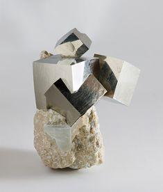 黄鉄鉱は鉄と硫黄からなる硫化鉱物の一種。等軸晶系で、主に六面体や八面体、正十二面体の結晶形を示す。色は真鍮色で金属光沢があり、その淡黄を帯びた色調により金と間違えられることが多いことから、「愚者の黄金」(fool's gold)とも呼ばれるそうだ。