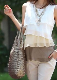 Блузки бывают самых разных фасонов, поэтому каждая женщина может найти подходящий вариант для своей фигуры. Каких моделей лучше выбрать блузки и что учесть при выборе?