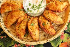 Sweet Potato Empanadas with Mango Chutney Dipping Sauce perfect for your holiday brunch Frittata, Brunch Recipes, Appetizer Recipes, Great Recipes, Favorite Recipes, Recipe Ideas, Empanadas Recipe, Pizza, Sweet Potato