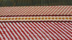 Tähän mattoon otin värit isän marjaämpäreistä: mansikoita, vadelmia, lakkoja, karpaloita ja ehkä vähän roskiakin. Sidoksena toimikas.