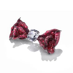 Find out more Cindy's jewels are characterised by layers, volume and movement, as can be seen here in the Black Label Masterpiece Bowtie brooch