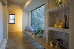 中庭に面して、廊下に設けられたカウンターはちょっと腰かけることもできます。ベッドヘッドのモールディングやアイアンの間仕切り壁でロマンチックな空間になりました。|インテリア|おしゃれ|自然素材|シャビー|創業以来、神奈川県(秦野・西湘・湘南・藤沢・平塚・茅ヶ崎・鎌倉・逗子地区)を中心に40年、注文住宅で2,000棟の信頼と実績を誇ります|