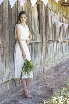 """Este vestido cropped pode ser a inspiração mais legal do artigo: além de unir as tendências do cropped, da renda e do comprimento midi, este modelito é """" de casa"""" e super acessível. É o vestido de noiva Luna, d'O Amor É Simples."""