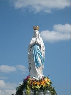 Statue of the Crowned Virgin: a popluar meeting place for pilgrim groups