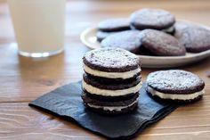 Homemade OreoPour les biscuits :  160 g de farine 60 g de cacao en poudre non sucré 1 cuillère à café de bicarbonate 1 quart de cuillère à café de levure chimique 1 quart de cuillère à café de sel 100 g de sucre blanc + 160 g de sucre brun 140 g de beurre mou doux 1 œuf  Pour le fourrage vanille:  55 g de beurre mou doux 50 g de margarine 230 g de sucre glace 2 cuillères à café d'extrait de vanille ou de vanille en poudre