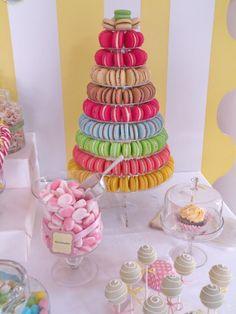 Coloratissima piramide di macarons per un compleanno di bambini.