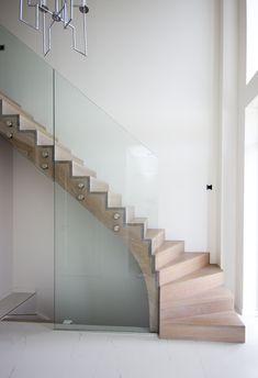 Moderne houten trap met glazen balustrade ST71