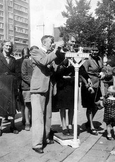 Het wegen van burgers voor voedselbonnen. Dit is in de zomer van 1945 toen ondervoede personen extra rantsoenen kregen om weer op gewicht te komen. Coolsingel.