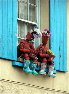 Quite a pair for a window or a chair. people are so imaginative! these 'guys' would look great on a fallen tree by a garden path and plant real flowers or grasses in their pots. Flower Pot Art, Clay Flower Pots, Flower Pot Crafts, Flower Pot People, Clay Pot People, Clay Pot Projects, Clay Pot Crafts, Garden Crafts, Garden Projects