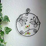 Dekorácia je vyrobená z čierneho,žíhaného drôtu, doplnená korálikmi. Dá sa zavesiť na stenu, do okná, či na dvere.....dá sa aj vložiť do obálky a poslať, ako milý darček pre blízkych :)...