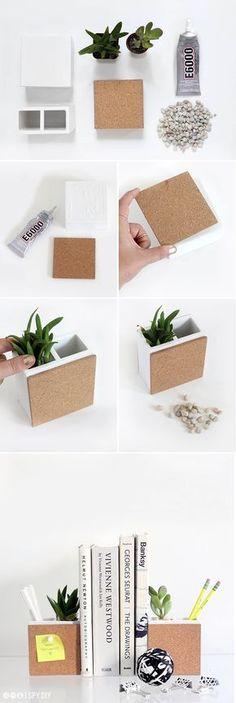 Petits pots rectangulaires de succulentes à la fois serre-livres et pense-bête grâce à l'ajout d'une plaque de liège - DIY - succulent bookends