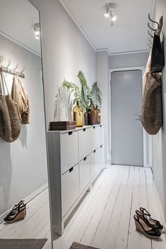 Scandinavian Style Entryway Do you to make your long narrow entryway or hallway appear bigger? These narrow entryway ideas will help your entryway make a strong first impression. Small Entryways, Small Hallways, Ikea Shoe Cabinet, Shoe Cabinets, Narrow Entryway, Small Apartment Entryway, Foyer Decorating, Decorating Ideas