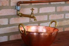 13julho2013_DETALHE DO LAVATÓRIO COM TACHODE COBRE Changing Room, Barware, Decorative Bowls, Sink, Container, Bucket, Home Decor, Minimalism, Kitchen Ideas