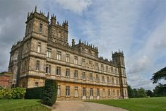 Highclere's Georgian-era house was remodeled in 1849 and became the Victorian castle as it appears today. Architect Charles Barry built the spires in the style of London's Parliament Building, which he also designed. The Real Downton Abbey, Watch Downton Abbey, Victorian Castle, Castle Howard, Unusual Buildings, Georgian Era, Castle Ruins, Poldark, London Calling