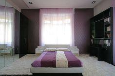 Modern hálószoba. A fekete-fehér bútorok eleganciája, lila árnyalatú textilekkel kiegészítve. Bed, Furniture, Home Decor, Decoration Home, Stream Bed, Room Decor, Home Furnishings, Beds, Home Interior Design