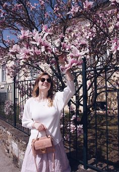 spring look - skirt and white blouse surrounded from a magnolia tree Beige Outfit, All White Outfit, White Outfits, Fashion Spring, Winter Fashion, Magnolia Trees, Spring Blossom, Destroyed Jeans, White Beige